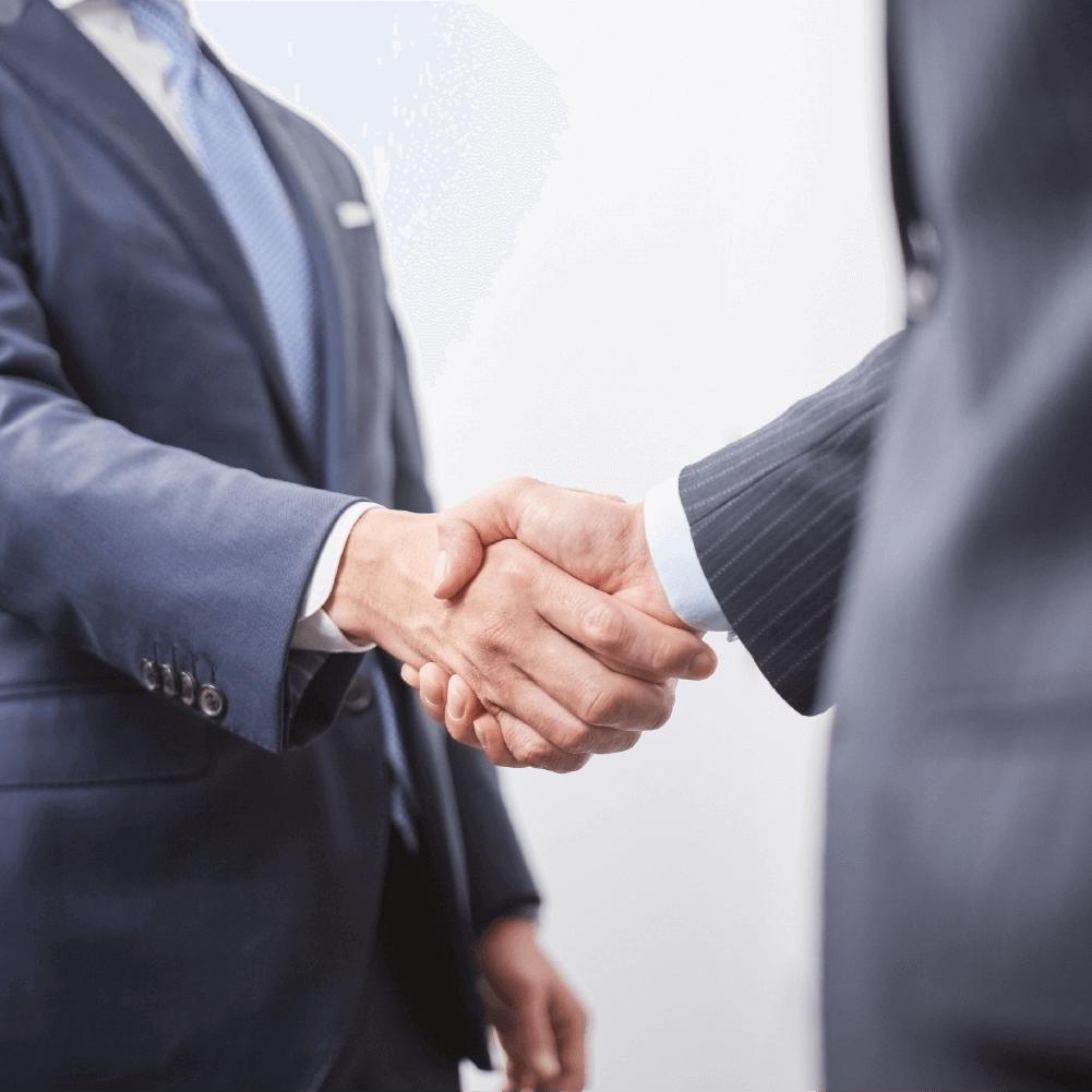 写真:スーツ姿の男性が握手